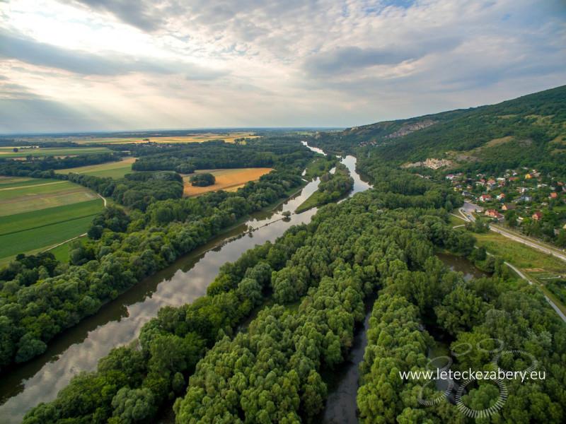 letecké zábery hrad Devín, rieka morava