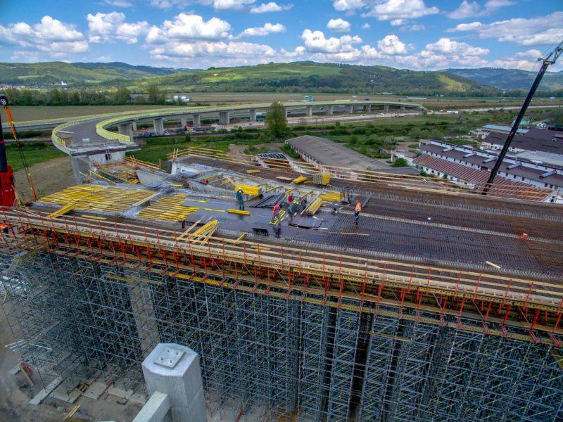 letecká fotografia mostu - lešenie