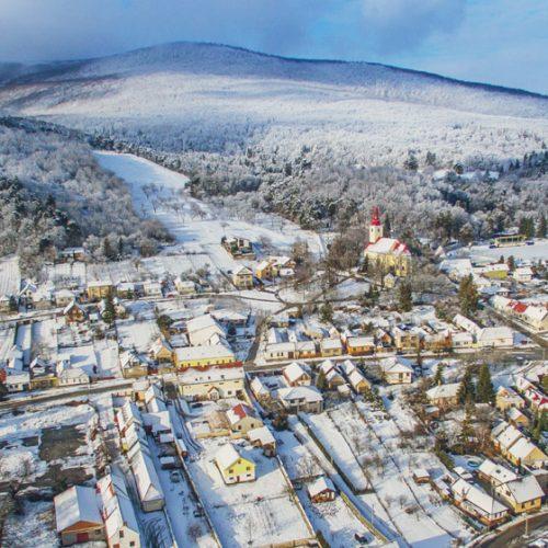 zimný letecky záber Smoleníc